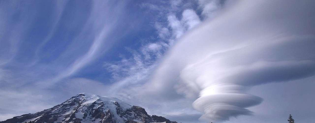 O fotógrafo amador Tyler Mode registrou essas nuvens lenticulares no Parque Nacional Mount Rainier, nos Estados Unidos. \