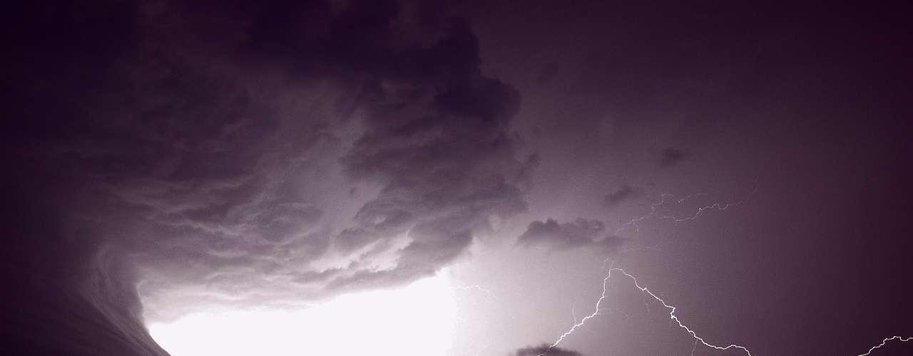 Mark Humpage, da cidade britânica de Leicester, fez esta imagem de uma tempestade. Ele caça tempestades, tornados, auroras boreais e outros fenômenos para registrá-los