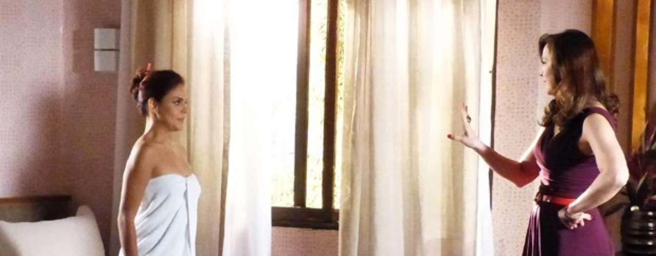 Lívia (Claudia Raia) fica encucada com a possibilidade de Rosângela (Paloma Bernardi) se voltar contra a máfia e resolve usar a traficada a seu favor. A empresária a procura e oferece o posto de sua assessora pessoal