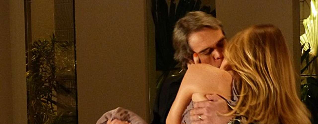 Antonia e Carlos se beijam após empresário chegar de malas na casa da loira