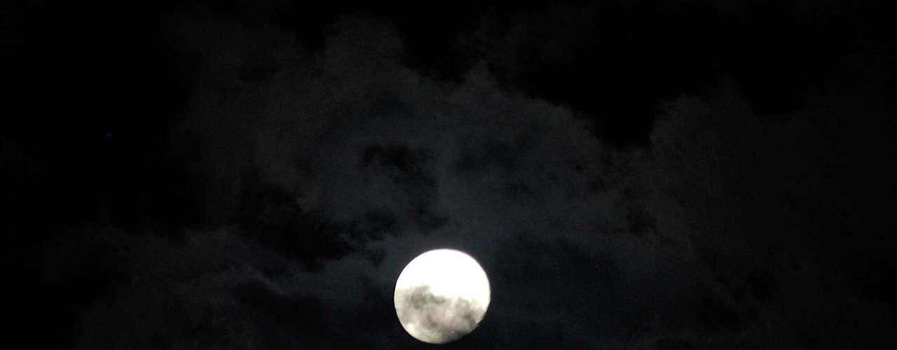 23 de abril Céu limpo permite visualização da lua cheia no Rio de Janeiro