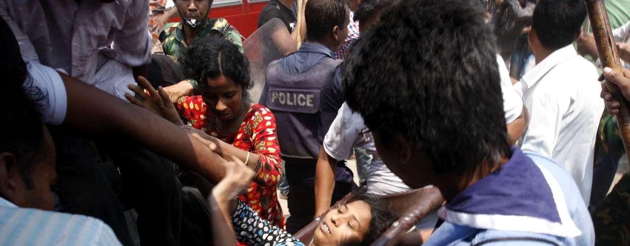 24de abril -Mulher é resgatada dos escombros pela equipe de resgate
