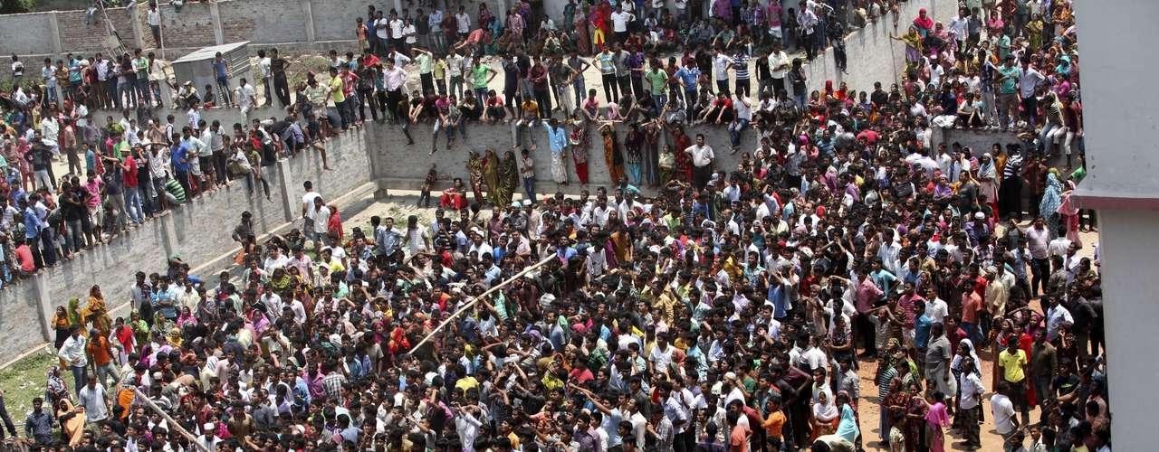 24de abril -Desabamento atraiu centenas de curiosos ao local