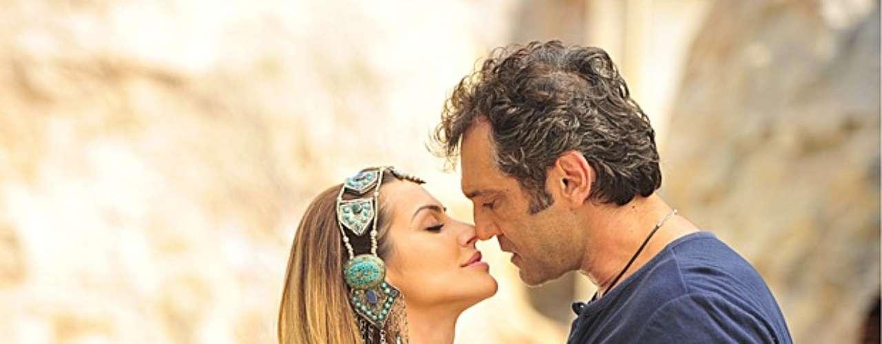 Ayla (Tânia Khalill)vai atrás de Zyah (Domingos Montagner) na caverna e o encontra junto com Bianca (Cleo Pires)