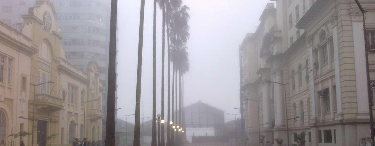 24 de abril Dia amanheceu com temperaturas baixas e muita neblina na capital gaúcha