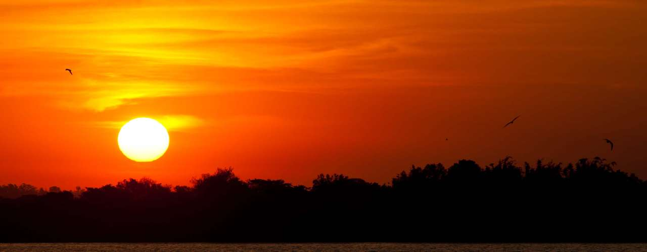 24 de abril Pôr do sol no Guaíba visto da avenida Beira-Rio, em Porto Alegre