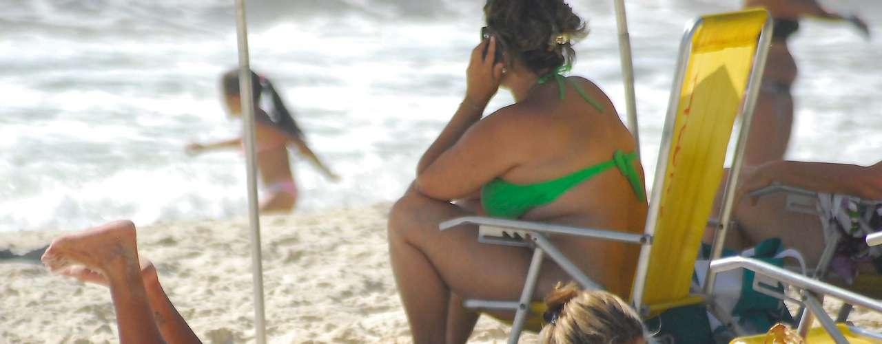 25 de abril Banhista toma sol na areia da praia, na capital fluminense