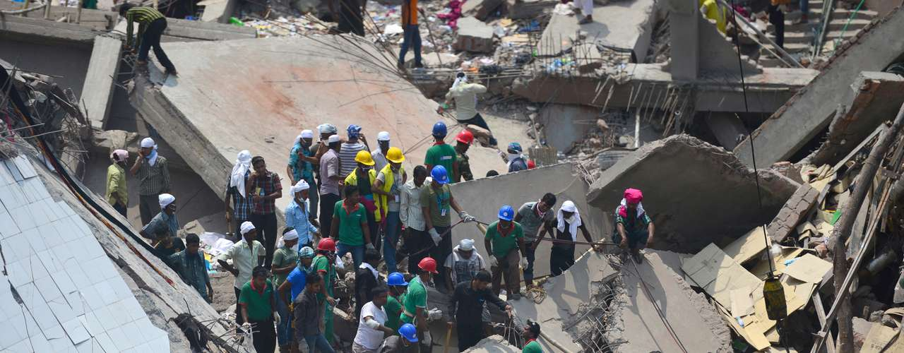 25 de abril - Socorristas e voluntários trabalham na busca por sobreviventes de desabamento de prédio de oito andares em Savar, em Bangladesh. O prédio, que abriga diversas empresas têxteis, sofreu um desabamento parcial na manhã de quarta-feira. Um novo balanço de vítimas divulgado nesta quinta-feira aponta que mais de 200 pessoas morreram e 1 mil ficaram feridas