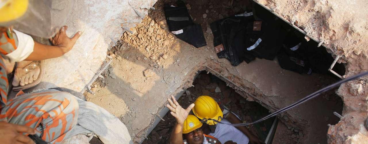 25 de abril -Bombeiros tentam resgatar trabalhador dos escombros do prédio