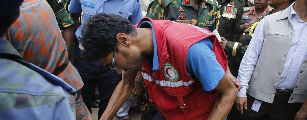 25 de abril -Socorrista tenta confortar sobrevivente que foi retirada dos escombros