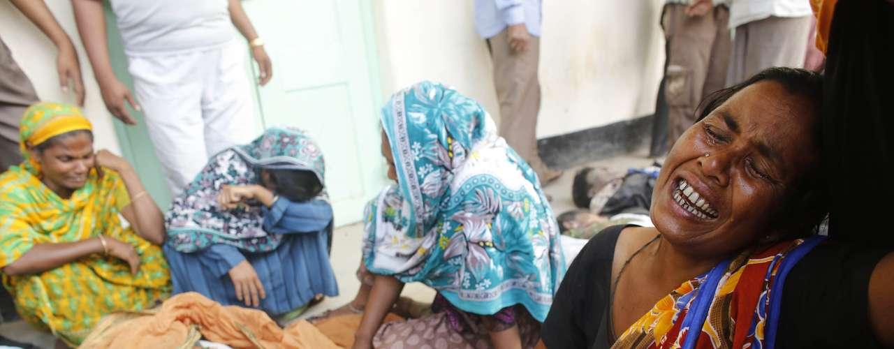 25 de abril -Mulheres choram a morte de parentes no desabamento