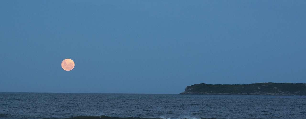 25 de abril Lua cheia é vista da praia Mole, em Florianópolis