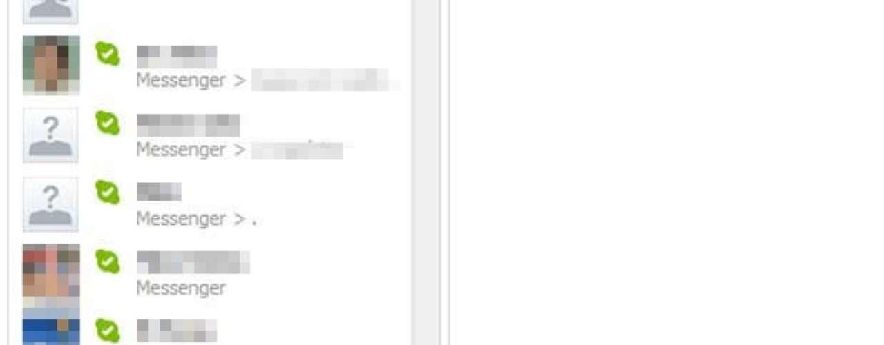 Para adicionar um amigo ou criar um grupo de conversa (para conversa com várias pessoas ao mesmo tempo), é só clicar nas opções abaixo da lista de contatos.