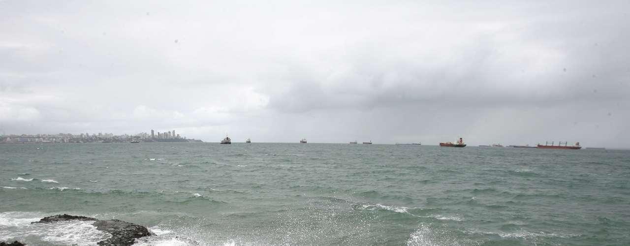 25 de abril Chuva e mar agitado na Ponta de Humaitá, em Salvador