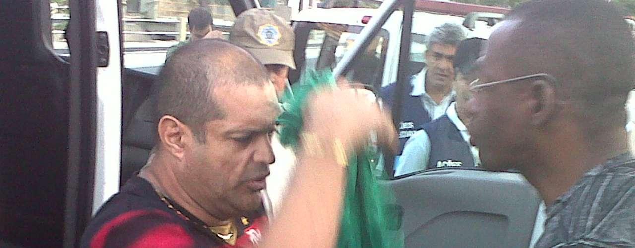 Maracanã teve ocorrências que geraram problemas nos arredores do estádio.Cinco cambistas foram detidos pela Guarda Municipal, que ainda teve que lidar com manifestantes na porta do estádio