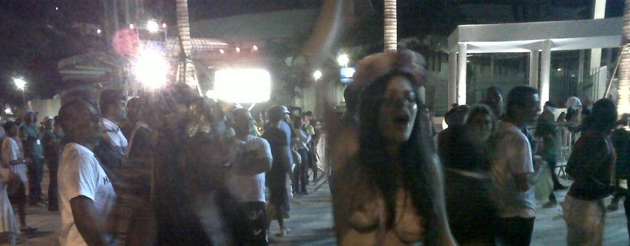 Feminista Sarah Winter fez protesto na frente do Maracanã, chegou a mostrar os seios e deu trabalho para os agentes da Guarda Municipal