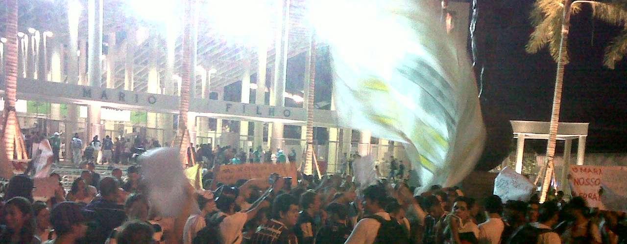 Manifestantes são contraa privatização de todo o complexo esportivo do Maracanã, além da demolição de outros complexos esportivos do estádio