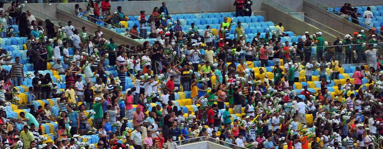 Maioria do público no estádio era flamenguista, o que ficou provado durante o Hino Nacional, cantado por quatro artistas que torciam para os principais times do Rio