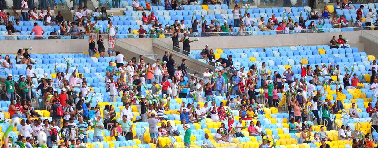 Logo a torcida começou a ocupar os espaços vazios e fizeram festa no Maracanã