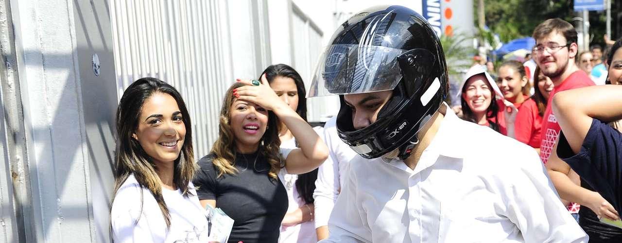 Ainda de capacete, homem correu para não se atrasar para a prova