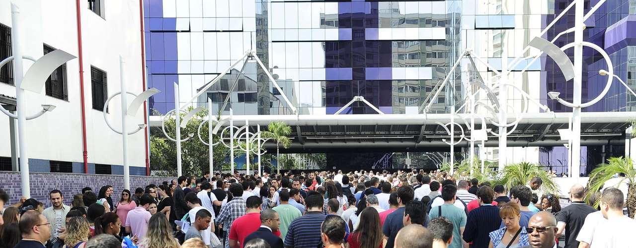 Candidatos lotaram a área externa do campus da Uninove