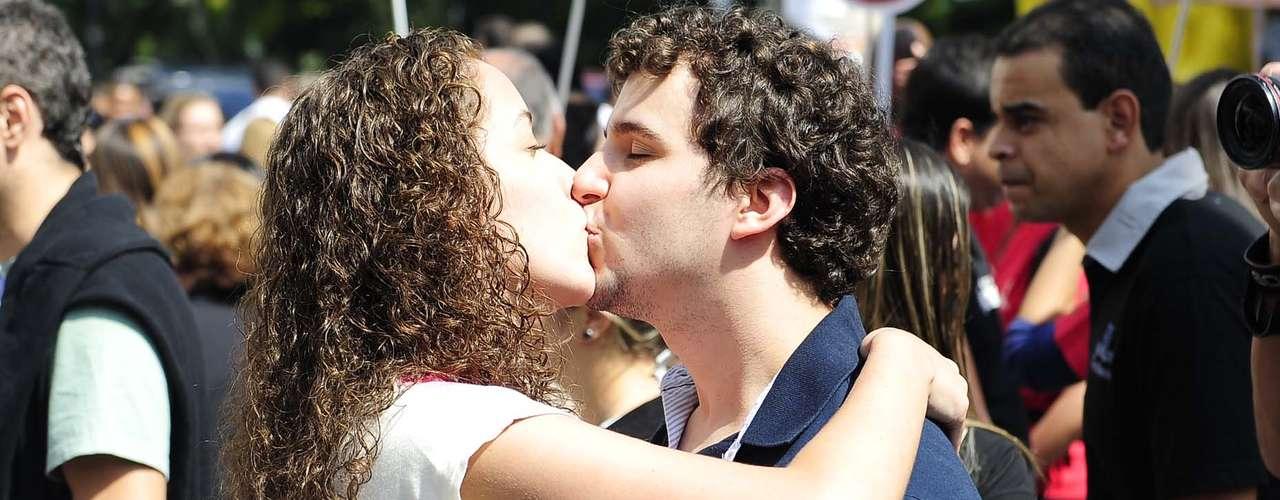Casal trocou um beijo de \
