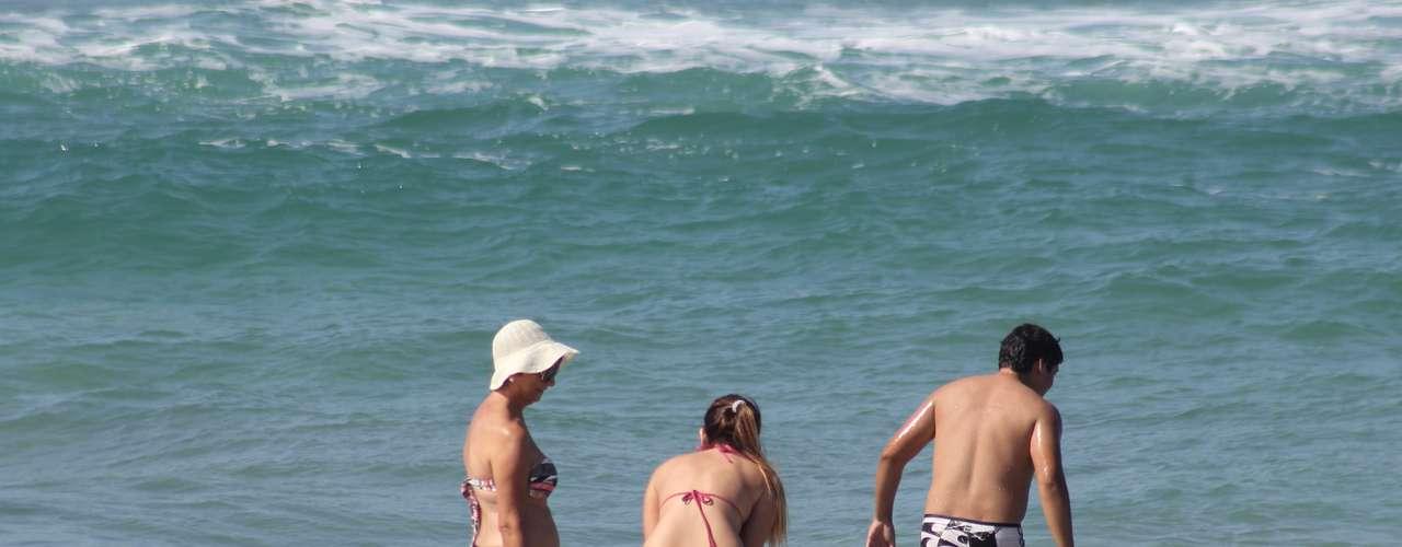 28 abril A maré mais baixa também contribuiu neste domingo, deixando a faixa de areia ainda maior na costa catarinense