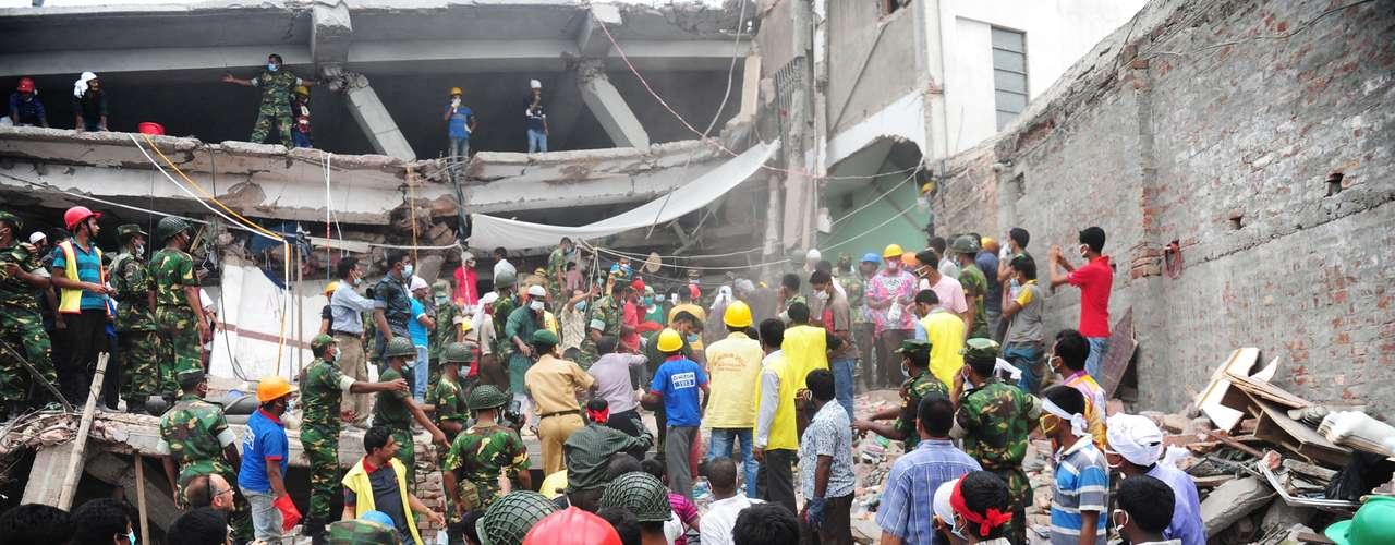 26 de abril - Busca por sobreviventes continua intensa após o desabamento do prédio