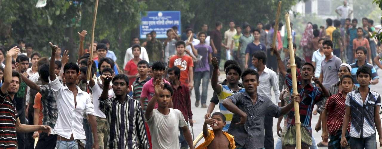 27 de abril - Trabalhadores protestam contra o desabamento do prédio em Bangladesh