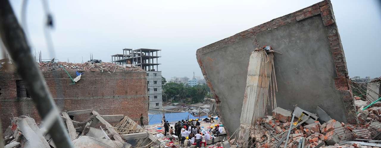 28 de abril - Voluntários procuram por sobreviventes nos escombros do prédio que desabou em Bangladesh. Nesta madrugada, quatro pessoas foram resgatadas com vida