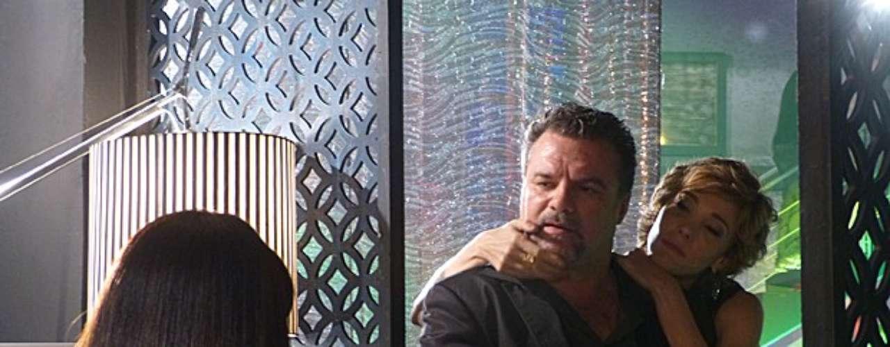 Russo (Adriano Garib) combina com um policial disfarçado a negociação da volta de Morena (Nanda Costa) para a boate, mas não garante que vai sozinho. É só desligar o telefone que ele deixa seus capangas avisados