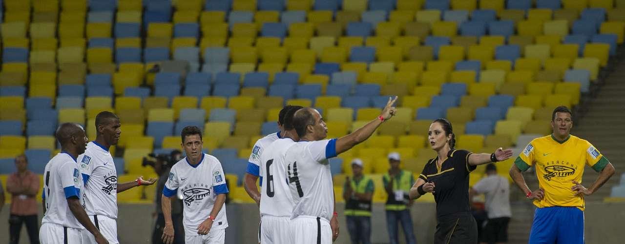 A ex-bandeirinha Ana Paula de Oliveira foi a árbitra da partida festiva