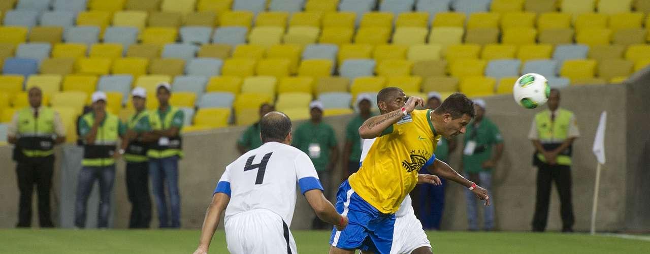 O primeiro gol do novo Maracanã foi marcado pelo ex-atacante do Fluminense e do São Paulo Washington, conhecido como Coração Valente