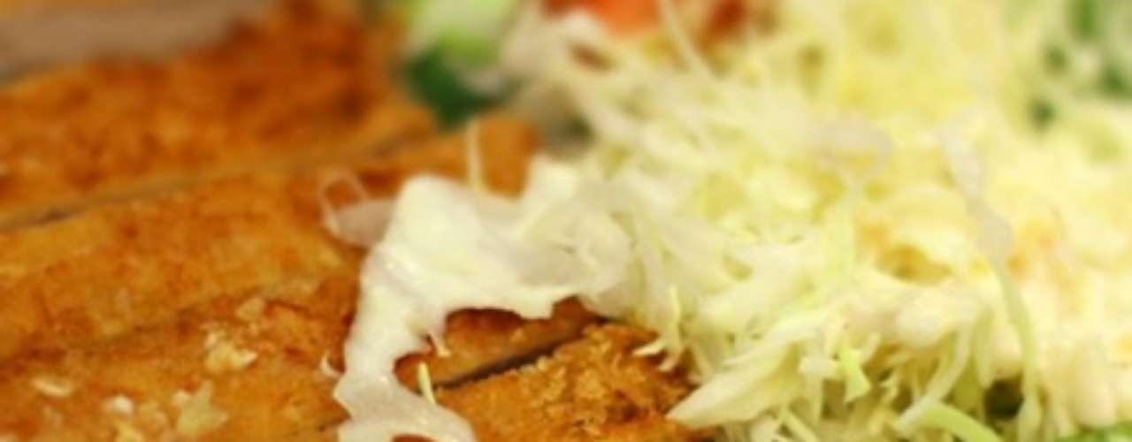 Tonkatsu (lombo de porco à milanesa)