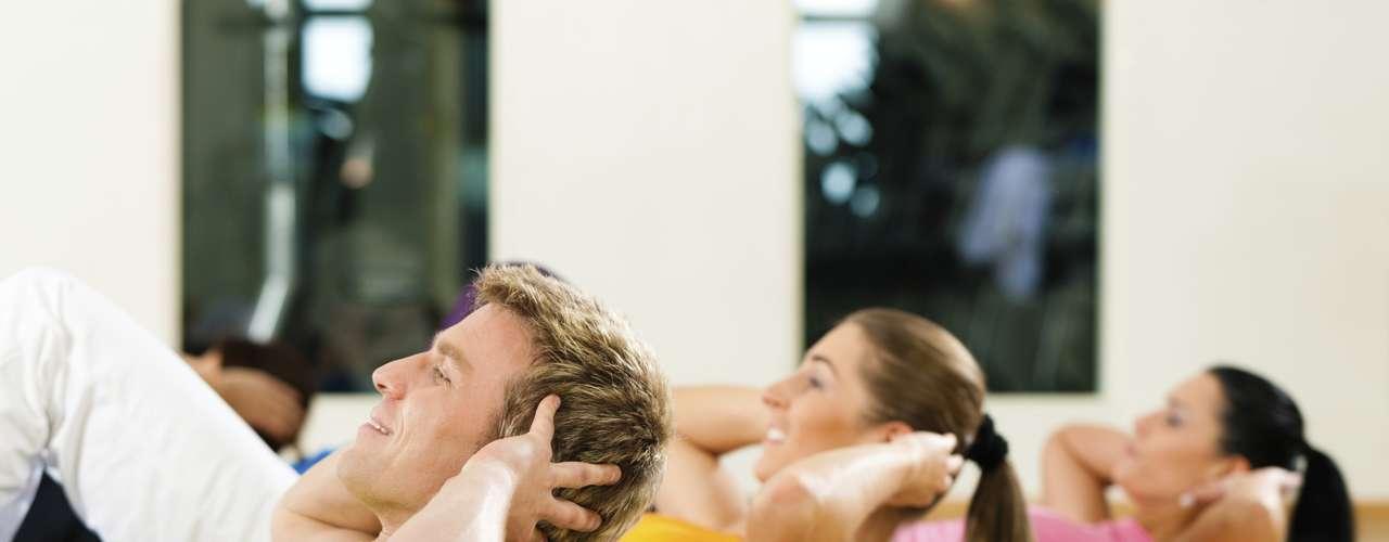 Abdominais Este clássico exercício precisa de uma atualização, de acordo com uma pesquisa da San Diego State University. O movimento tradicional é menos eficaz tanto para o músculo reto abdominal quanto para os oblíquos, ou os músculos da cintura. Além disso, como a subida requer mais força dos músculos frontais do que dos oblíquos, este movimento pode causar um desequilíbrio de força e trazer problemas nas costas