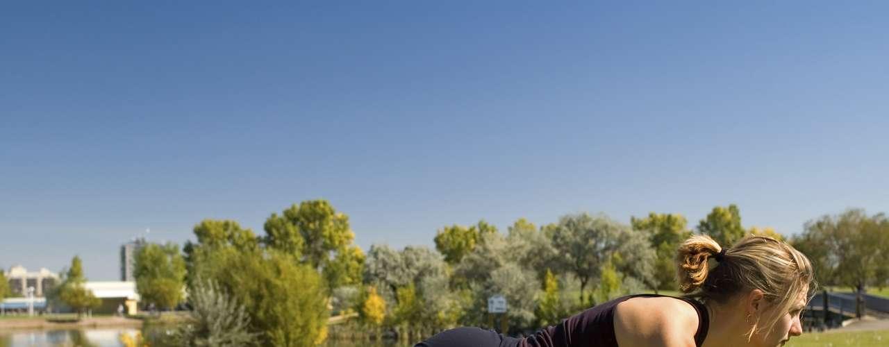 Substitua por: prancha Fazer o movimento da prancha requer uma ativação maior dos músculos oblíquos do que com uma abdominal tradicional. Além disso, pesquisadores descobriram que a prática nesta posição pode diminuir o risco de dor nas costas com a chegada da idade, isso porque ajuda a construir a força muscular preservando a coluna