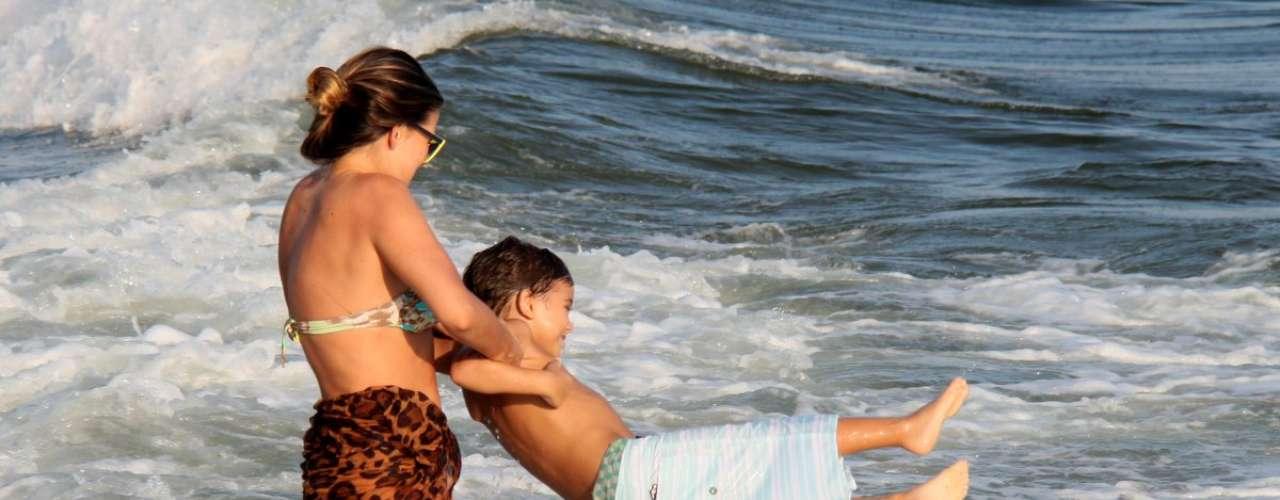 Maio 2013 -Lívia Lemos e o filho Gael, de 5 anos, aproveitaram o feriado do dia do trabalhador para se divertirem na praia da Barra da Tijuca, no Rio. Os dois foram clicados se divertindo no mar carioca