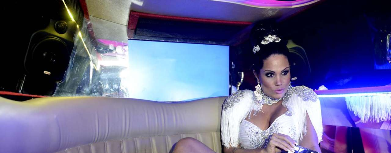 Karyn Alvys, mais conhecida como MC Sexy, lançou a edição de maio da revista Sexy, da qual é capa, nessa terça-feira (30), no bar L'Absolu, em São Paulo. Ela chamou a atenção por exibir a perna cheia de pelos. Além disso, levou tapas e uma lambida no bumbum