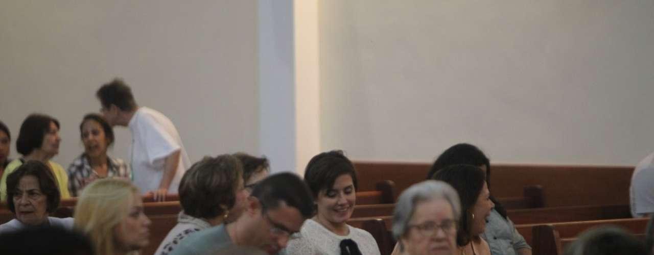 A atriz Deborah Secco foi à missa na igreja de São Marcos, na noite desta quinta-feira (2). Ela foi prestigiar Alysson castro, cantor gospel com quem estaria namorando, que cantou na cerimônia. Secco, acompanhada da mãe, Silvia, se mostrou bastante devota durante o culto, cantando e orando de olhos fechados