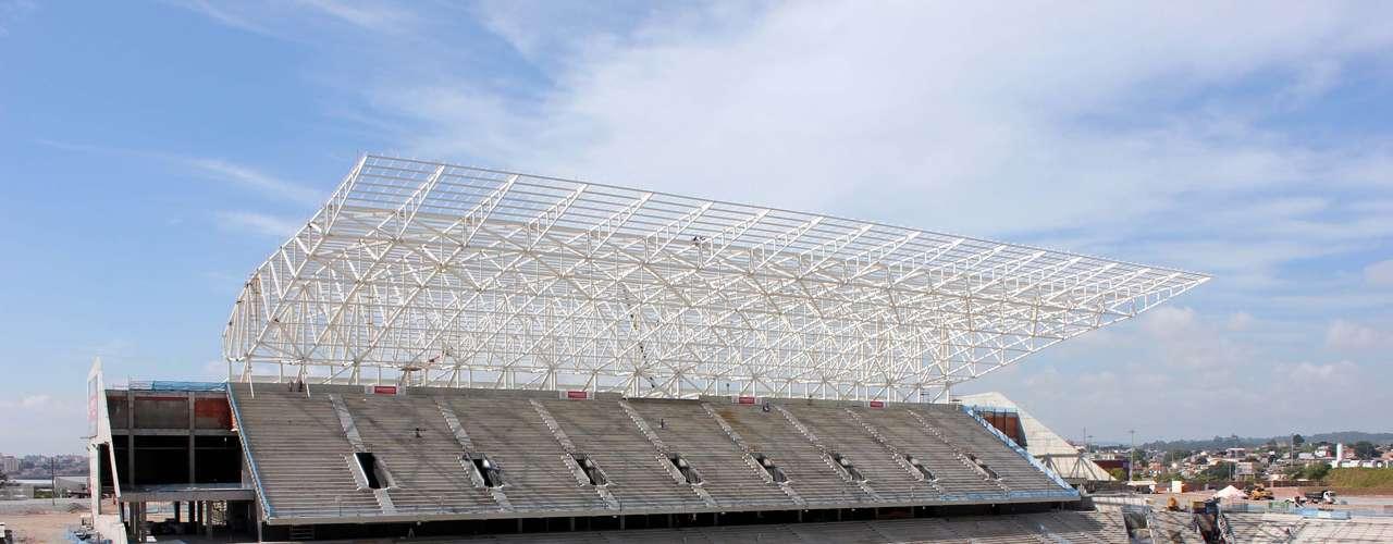 2 de maio de 2013: Status de conclusão da Arena Corinthians atinge75,24%. Dentro de campo, os trabalhos estão focados na montagem do sistema de drenagem e resfriamento do gramado. Fora, estão sendo montadas estruturas metálicas do telhado do prédio oeste - no leste, as estruturas já estão concluídas