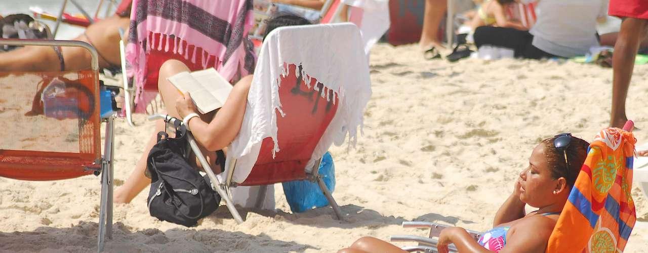2 de maio Em manhã de quase 30ºC, cariocas foram a Copacabana, na zona sul