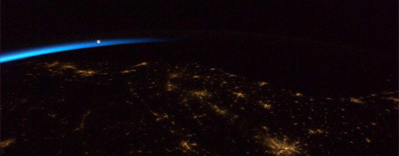 Hadfield registra no dia 1º de maio a Lua no céu durante a madrugada no sudeste dos EUA