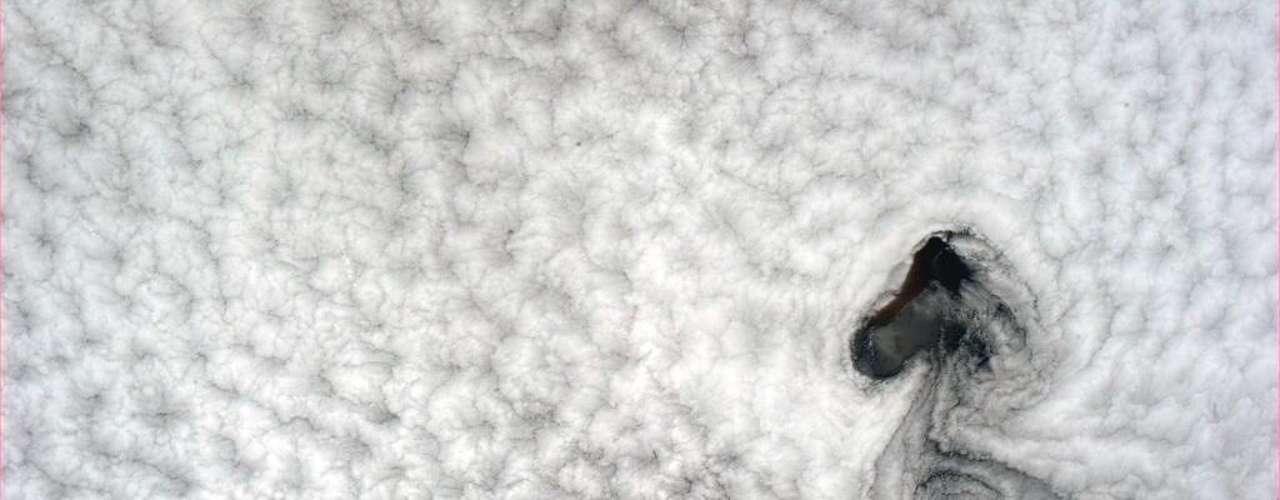 O astronauta Chris Hadfield fotografa neste dia 2 de maio uma formação de nuvens que lembra o personagem Snoopy, ou ainda Woodstock, ambos da série Peanuts.