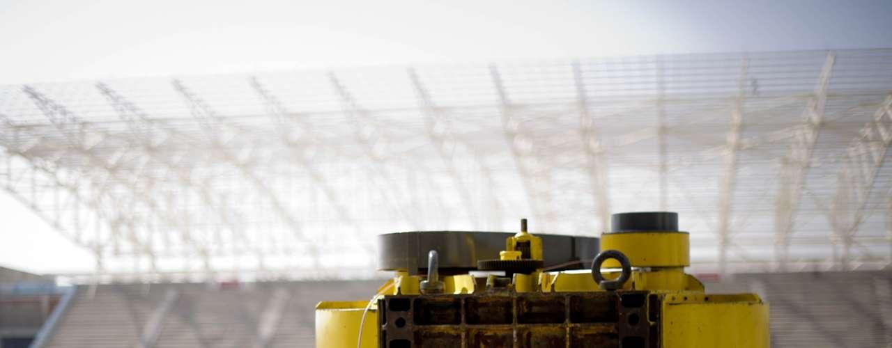3 de maio de 2013: arquibancadas da Arena Corinthians passaram por ensaios de vibração forçada. Os objetivos são avaliar o conforto do público e a segurança estrutural do estádio, simulando a movimentação dos torcedores com uma máquina que gera vibrações e cargas