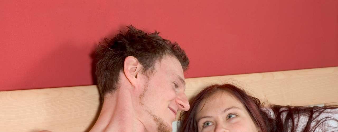 Meu namorado e eu temos HPV. Como podemos nos proteger de passá-lo mais ainda entre nós? O uso de preservativos pode ajudar a se limpar do vírus mais rápido