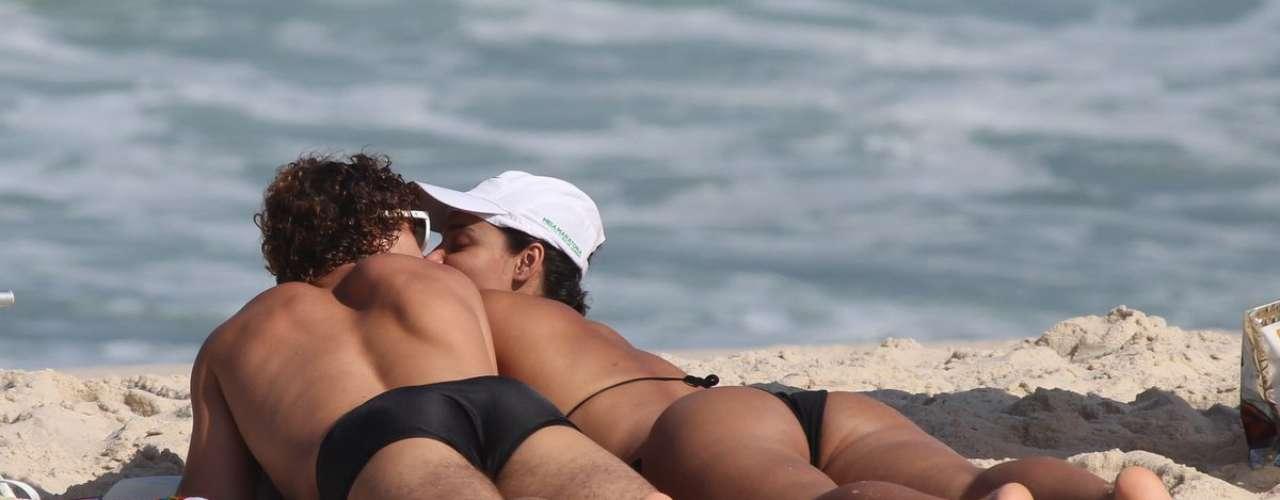 Maio 2013 -Débora Nascimento e José Loreto curtiram a tarde desta sexta-feira (3) na praia da Reserva, zona oeste do Rio de Janeiro. Apaixonado, o casal trocou beijos e carinhos