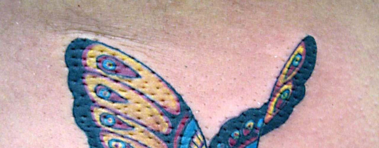 Mesmo pequena a tatuagem Led's Tattoo brinca com cores