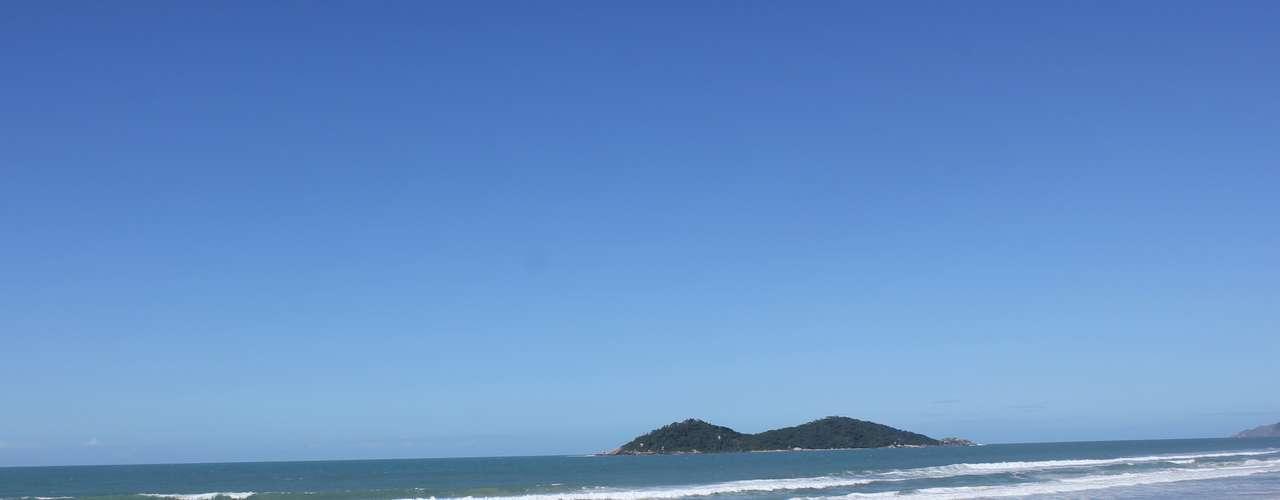 3 de maio -Em Florianópolis, apesar do calor intenso, poucos banhistas se arriscaram nas praias nesta sexta-feira