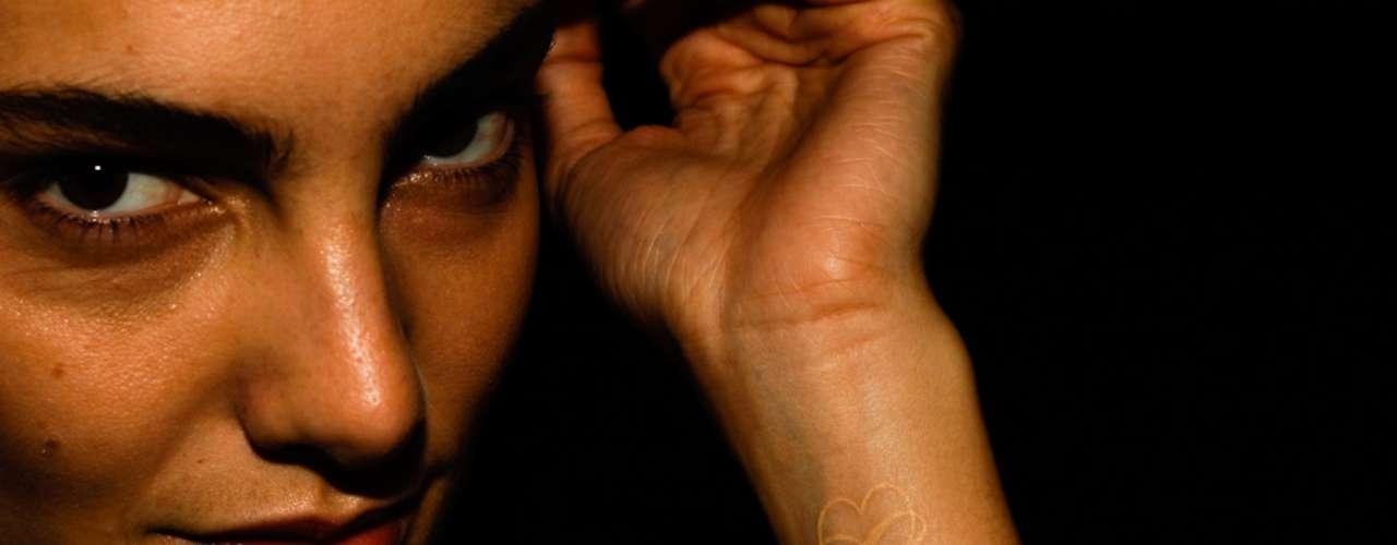 A top Mariana Coldebella possui um coração e o símbolo do ínfinito tatuados no braço