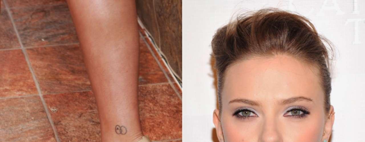 Scarlett Johansson possui uma mini tattoo no tornozelo